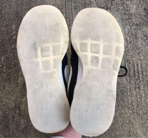 スニーカーの靴底がツルツルになっていました。 土足の高校に通っているのですが、ローファーが苦手でスニーカーをメインで履いていました。 ナイキのスニーカーです。 購入してからまだ一年も経っていない...