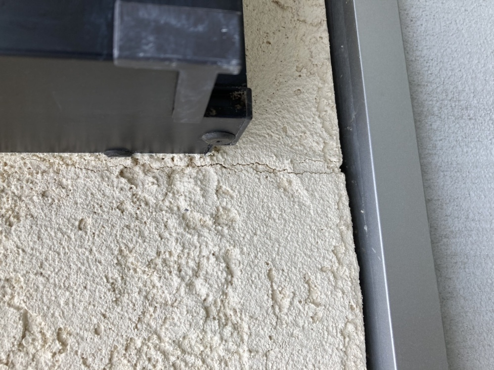 戸建て1年目です。窓枠の下だけ外壁にヒビが見られます。これは仕方のない事でしょうか? 補修は不要ですか? 工務店に問い合わせをしましたが、窓枠の下は仕方がない、中は板があるので表面だけですとのこ...