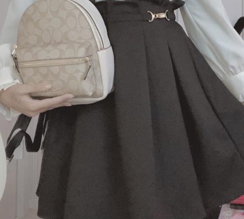 この量産型のようなスカートはどこのブランドのものでしょうか? わかる方いらっしゃいましたらお願い致します。