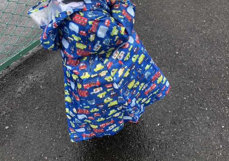 この子供用レインコートのメーカーはどこでしょうか?長靴も傘もお揃いです。お分かりになる方いらっしゃいましたら、お教え願えませんか? 宜しくお願いします。