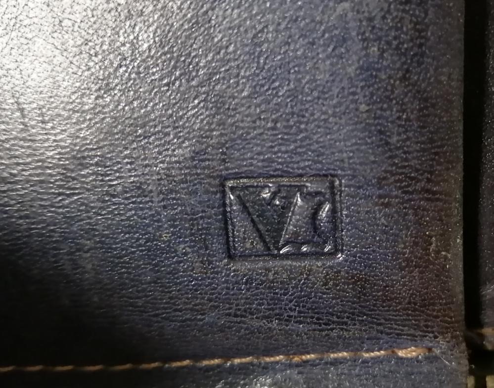 財布のブランドについて 10年ほど前に貰ったものですが どこのブランドか分かりません。 詳しい方お願いします。