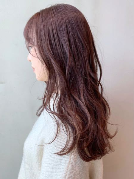 この写真の髪色って結構明るいですか?派手じゃない髪色ならOKのバイトなんですけど、アウトでしょうか、、、