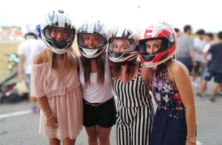 この4人のお姉さんが着ている服装でフルフェイスヘルメットに似合うと思いますか?
