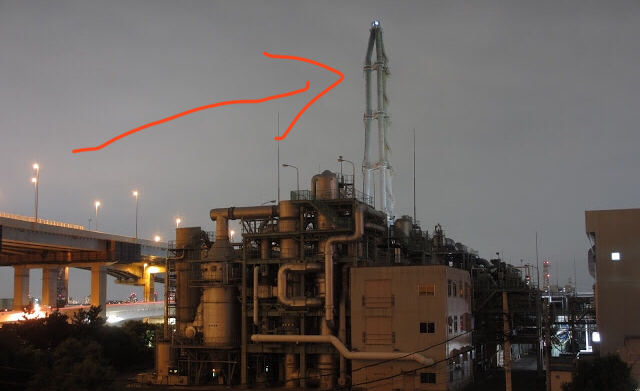【画像有】 東京都江戸川区葛西の下水処理場にある鉄塔は何のためにあるのでしょうか。 因みに煙のようなものが出ているのは(私は)見たことがありません。 用途、内部構造、原理、システム等、なにかご...