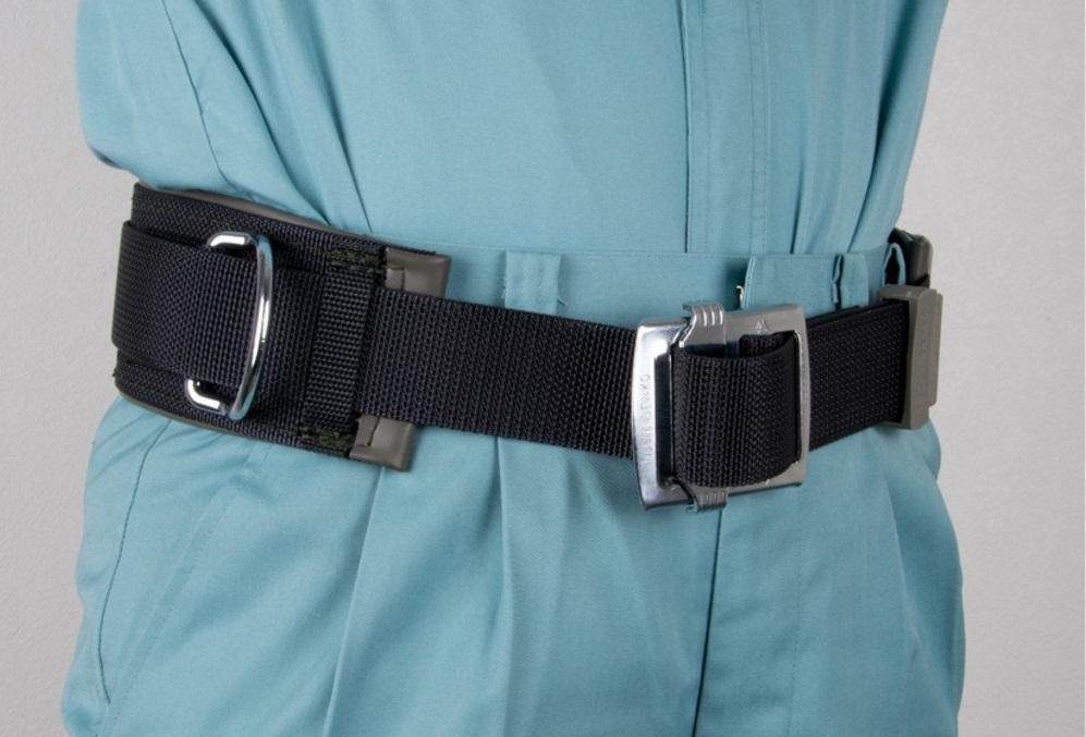 全くの初心者です。 腰当てベルトを買おうと思うのですが、腰当てベルトを付けると、ズボンにベルトが通せなくなってしまうということなのでしょうか。それとも、別にもう一つベルトを下に這わせるということなのでしょうか。画像の感じでは、下にベルトを付けていなくて、腰当てベルトで、ズボンの落下を固定している感じだったので、もしかしたらつなぎでしか使えないのでは?と思ってしまいました。