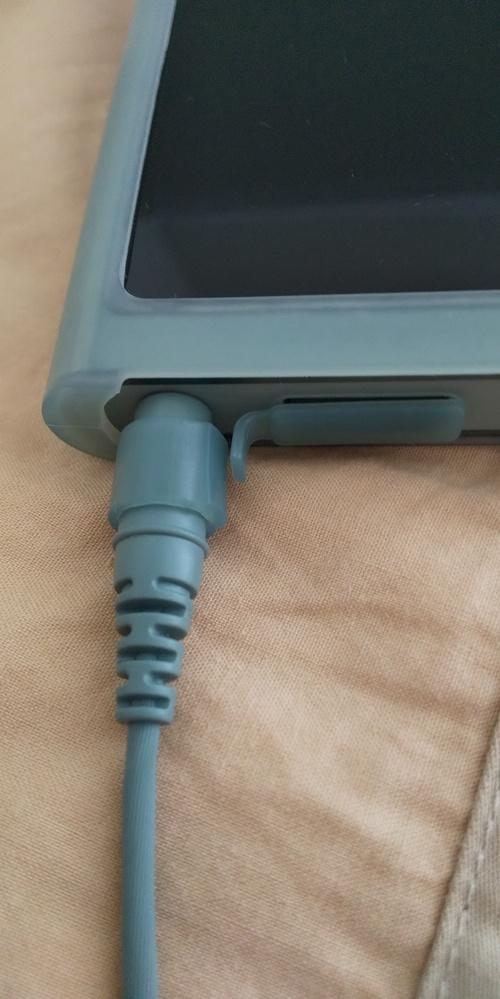 WALKMANの 充電挿入口にホコリが侵入するのを防止するシリコン が切れてしまいました。(画像の通り) 機種はNW-A55HNです。 替えのシリコンはありますでしょうか。
