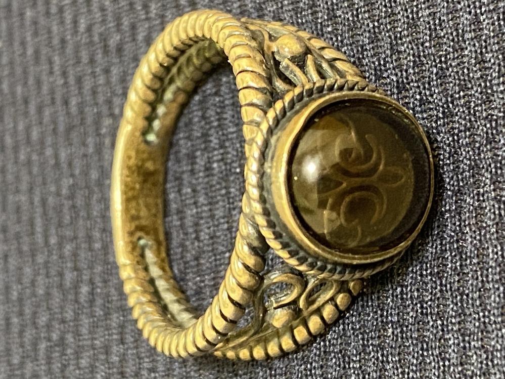 昔お婆ちゃんからもらった指輪がありました。 パワーストーン?の中にあるマークが何なのかずっと気になっています。 調べても分からず詳しい方がいましたら 教えてください!