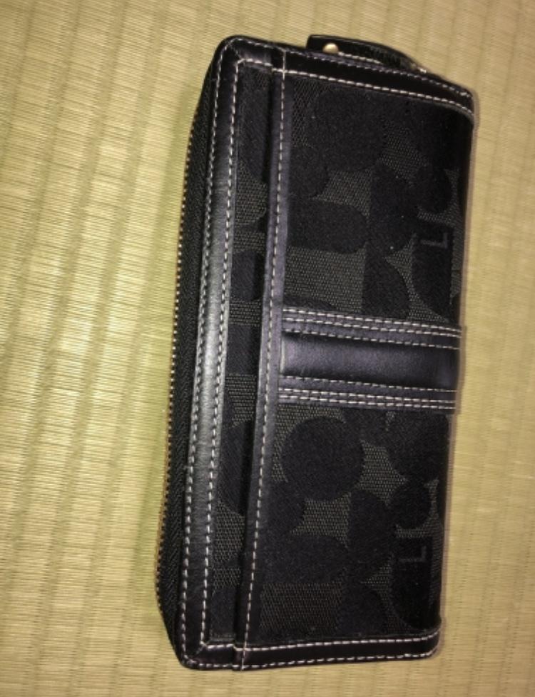 母親が使っている長財布です。 本人が言うには15,000円くらいしたのでブランド品だと思うと言っております。笑 本当でしょうか、画像の財布は何と言うブランドなんでしょうか? どなたかご存知の方いらっしゃいましたら教えて下さい。