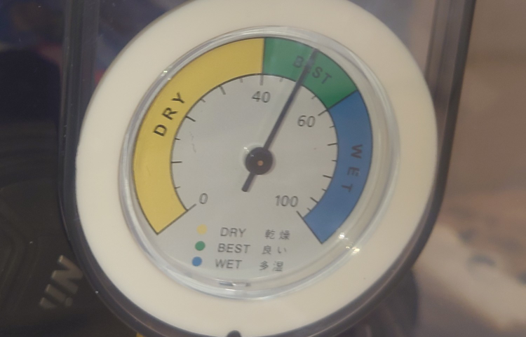 ハクバ製の、一眼レフ保管箱用の乾燥剤を買いました。 湿度が50%から下がらないのですが これは乾燥剤が不足してるでしょうか? もしくは50%位にするのが カメラ用乾燥剤の狙いなのでしょうか?