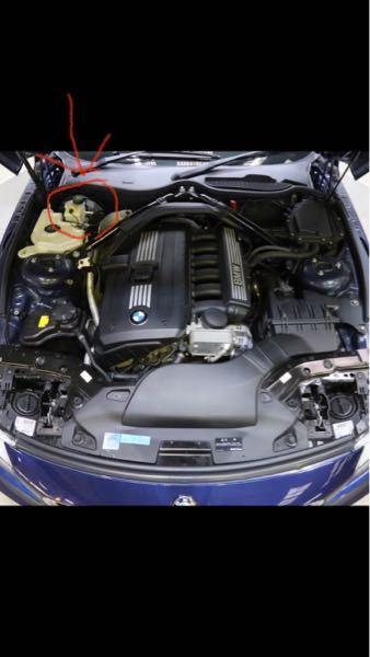 BMW z4e89 ですが、画像の⭕️で囲んだ所に液体が入るタンクがあるのですがこれは何のタンクかわかる方いらっしゃいますでしょうか? このタンクの下の方で漏れが発生しているようで気になってます。