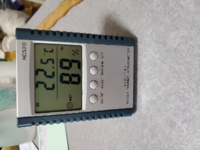 湿度とエアコンについて 東京に住んでいますが、昨日夜は写真のような部屋の気温、湿度でした  寝るときはたまたま枕カバーも乾かずに仕方なくそのまま寝たら汗でぬれてしまう始末  私は毎年6月下旬くらいからエアコンつけはじめていますが、この数年は暑さがくるのがかなり早まっているようには感じます  エアコン代金をけちりたいとか全くなく、過ごしやすい写真のような気温に対する湿度があまりに高かったので皆...