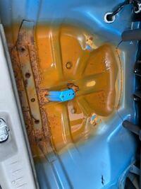 これは水没車ですか。 中古でタントを購入したのですが、スペアタイヤの格納スペースがこのようになっています。全体的に錆び付いて、水も溜まっています。天井からでは水シミが見られません。