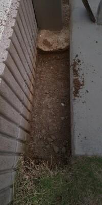 DIYで庭の端にジェラストーンを張るつもりです。  土を掘りだすと8cmほどで駐車場の基礎にあたりました。 基礎のうえにノロ(メトローズ入り)をぬりコンクリート3cm、ボサモルタル3cm、ノロ、ジェラストーンにしようと思います。  これでも可能でしょうか?  基礎の上には土が少し残ってますが完全にとらないといけないですか?  あとコンクリート3cmのあと一週間程のあいてボサモルタルする際、ノ...