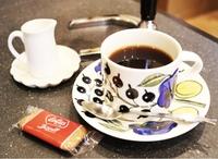 高級食器に詳しい方へ  このお洒落なコーヒーカップのメーカー(ブランド)を教えてください。 . ウェッジウッド?マイセン?ロイヤルコペンハーゲン?ノリタケ?ナルミ?それとも?
