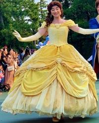 美女と野獣のベルの名前の由来はドレスのスカートの形からですか? . ディズニー映画『美女と野獣』のプリンセスのベルの名前についてですが、 ベルはなぜ「ベル」という名前なんですか?由来は何なんですか?  まさかとは思うのですが、もしかして、 ドレスのスカートの形状が釣鐘(いわゆるベル)の様な形だからですか? このドレスのスカートが鐘のベルみたいだからベルという名前なんですか?  その証拠に、こ...