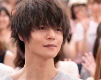 髪型で質問があります。  窪田正孝さんのこのボサッとした髪型はどういう名前の髪型でしょうか? 床屋や美容院で同じ髪型にしてもらう訳ではないので、あくまでこの髪型の名前が知りたいです。 ストレートな黒髪でいいんでしょうか?