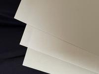 コピー用紙について。写真だと差が伝わりにくいですが… 写真のコピー用紙で、普段は真ん中のを使っていて1番明るい白の紙なんですけど、紙の質が柔らかめで裏写りもしやすく書き心地も微妙にボコボコした感じがします。(書き心地はわら半紙に近い) 左右の紙は学校で配布される紙です。これらは少しだけ暗めの白なんですが裏写りしないし少し硬めな気がします。(わら半紙よりは明るい白) この、左右のようなコピー...