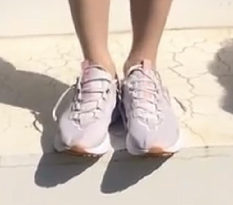 この靴探しています^o^ ナイキかな?と思うのですが... 詳しい型番分かる方どうぞ宜しくお願い致します!!