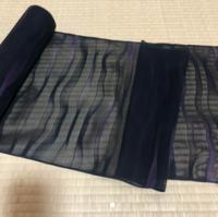 羅(画像の反物)で、羽織か道中着どちらにするか迷っています。 黒に薄い紫色の波模様が入っています。 黒の紗の羽織と、黒の絽の道行きは持っています。 なので、道中着が良いかな?と単純に思ったのですが。 好き好きかもしれませんが、この反物は、羽織、道中着、どちらが良いと思いますか?  着物初心者なので、ご意見、アドバイスいただけたら幸いです。 よろしくお願いいたします。