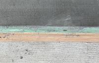 コンクリートの色について質問です。 濃い色のコンクリートの方を昨日流して翌日にはもう踏んでも構いません。と言われました。 載せた写真は1日経ったコンクリートです。ということはこれが完成形なのでしょうか?色が違いすぎて嫌なのですが白色の方のコンクリートと馴染むことはないのでしょうか?