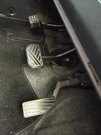 今日突然ブレーキペダルなどがある部分の上のスペース?? からこんな紐が垂れてきました。ペダルをふむ時とかに足が引っかかりそうで怖いです。 この紐の正体は何なのでしょうか。。。 あと、修理などに出すべきですか?
