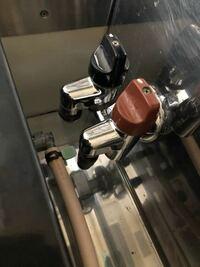 ガスコンロの取り付け方について。 中古でガスコンロを購入したのですが、ガス栓の位置が画像のようにとても近いです。元栓もコンロのガス栓も左側についています。 このような場合はどう取り付けたら良いのでしょうか?