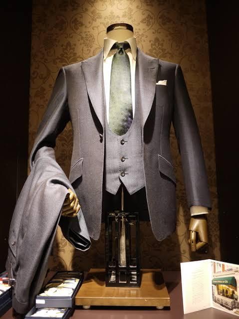 初めまして。スーツ?の襟の話になります。 この画像のスーツの襟は何になりますか? シャツの襟も気になってます。 調べたいのですが何で調べたらいいかわからなくて