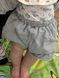 生後5ヶ月赤ちゃんの母です。 写真のように脇を支えると支えなくていいほど、ぴーんと足を張ります。  生後3ヶ月の頃から足を突っ張る事が多いです。  こういう体制を取らせると必ず笑顔になり、楽しそうにするため、祖母や兄弟がよくやります。私もたまにやります。  ネットで調べると足をピーんとするのは便秘なのかも?とか色々書いてあり分かりません。  大丈夫なのでしょうか???