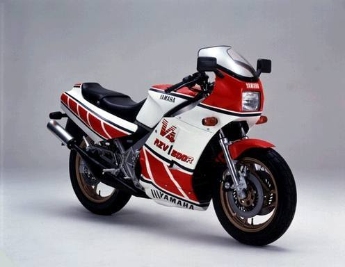 なぜNS400とかRG400ガンマの中古て高いのですか。 ・・・・・・・・・・・・・・ よく分からないのですが。 新車時は不人気バイクだったと思うのですが。 と質問したら。 需要と供給。 という回答がありそうですが。 なぜ新車時に不人気だったバイクが中古になると人気になるのですか。 それはそれとして。 V型4気筒500㏄でNSR500やRGVγ500のレプリカだったら高くなっていても分かりますが。 NS400てV型3気筒と400㏄で中途半端なシリンダー数と排気量だし。 RG400は4気筒は4気筒でもスクエア4気筒てなんなのですか。 それはそれとして。 RZV500は新車当時は大型免許が必要だったので売れなかったのは分かりますが。 NS400とRG400ガンマは新車当時は中免で乗れたのに不人気だったと思うのですが。 そんな不人気バイクがなぜ今は高いのですか。