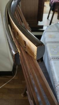 木製椅子の板の剥がれの修理についてお教えください。ちなみにDIY経験もなく、初心者です。 写真のように板が剥がれてきてしまいました。以前に接着剤をつけて固定したのですが、再度剥がれてきました。  自分で修理するには、どのようにしたら良いのでしょうか。 宜しくお願い致します。