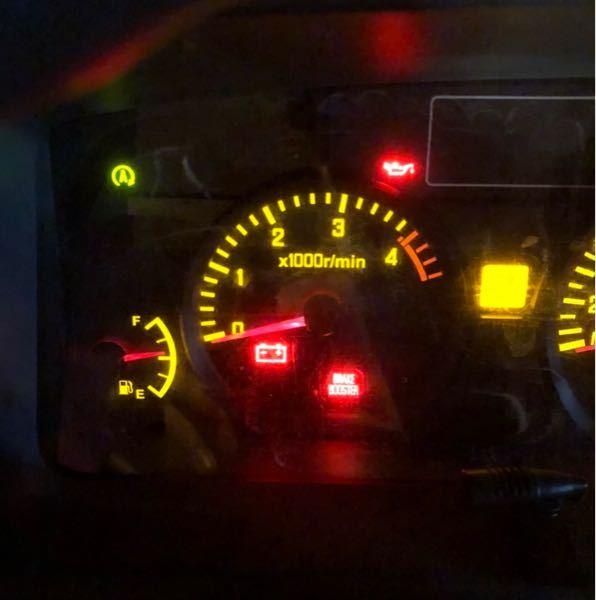 マツダ、タイタン、トラックについての質問です。 ブレーキをかけて、エコストップ(ブレーキ踏んだらエンジンが切れる)の状態になったら写真の状態で警告灯が灯ります。 ・ブレーキブースター ・アラジンのランプみたいなマーク ・バッテリーみたいなマーク 以上が赤色で点灯します。 これらは、どのような意味がありますか? 即刻、メンテナンス必要でしょうか? 教えていただきたいです。 よろしくお願いします!!!