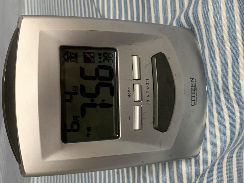 写真のようなタイプの時計のアラームの止め方を教えてください。毎日深夜0時にアラームが鳴るので困っています。