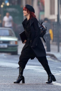 クルエラという映画でエマ・ストーンが身に着けていた画像のようなファンションをとてもかっこいいなと思ったのですが彼女がつけているズボンはどのような種類のズボンかわかる方いますか?? すこし見づらいと思いますがよろしくお願いします。