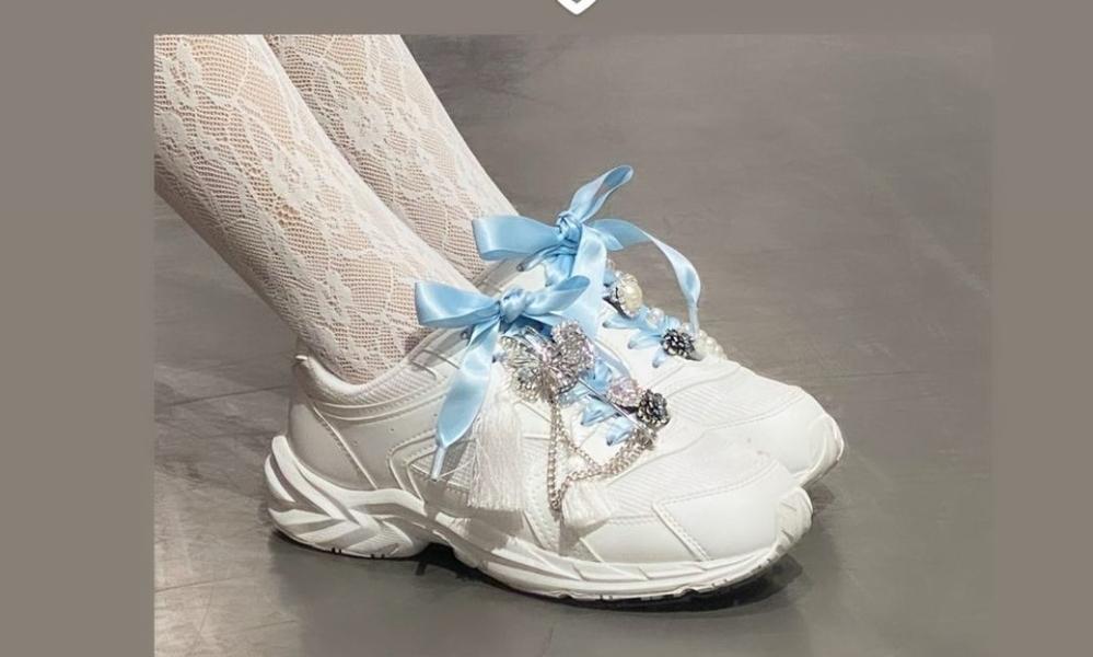 こちらの画像の靴のブランド、名前など知っている方いますか?? リボンは手作りのようです。 また、通販等売っている場所も知っていたら教えて下さい。 この靴は厚底でしょうか??