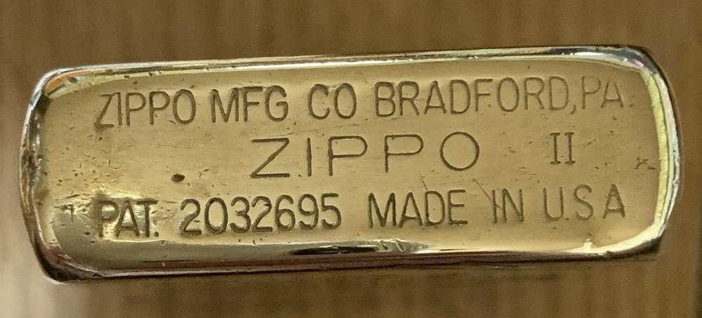断捨離中出てきたジッポーなのですが 32年前くらいに当時ジッポー専門店で中古品を1万円程で購入した記憶があります 年号表と照らし合わせてもアルファベット表記も無く、ジッポーロゴの左に ・ 右に ...