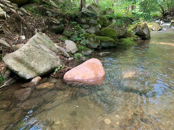 とある川でピンク色の石を見つけました。 調べてもそれらしきものは出て来ず、気になっています。 これは何という石でしょうか?