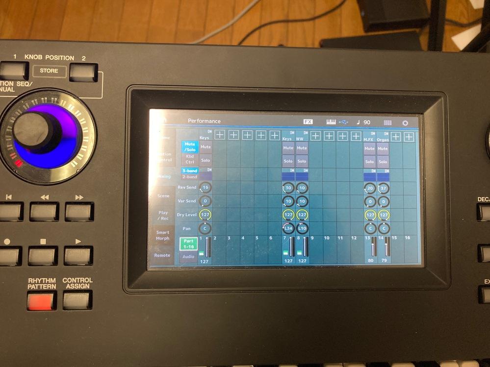YAMAHA MODXについて。 お世話になります。 ライブをやるのですが、複数パートあるのでDAWを併用しようと思います。 機材はMODXなのですが、DAWからMIDI送信で本体音源を流しつつ手弾きしたいのですが、それは可能でしょうか。 パフォーマンスプレイ画面のMixingタブからMIDIチャンネルごとに音色を入れましたが、手弾きしようとすると全部同時に鳴ってしまいます。 もし可能ならば方法も教えてください。 よろしくお願いいたします。
