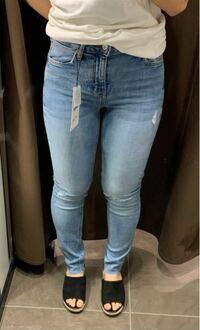 腰回りから太ももにかけて太い脚がコンプレックスです。 スキニーを履きたいのですが、これは許容範囲ですか? また、体系カバーできそうなパンツの種類があれば教えてください。 身長は153cmです。