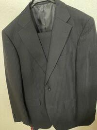 近々、弟の結婚式に呼ばれているのですがこのスーツではアウトでしょうか? スーツが1着しかないもので…