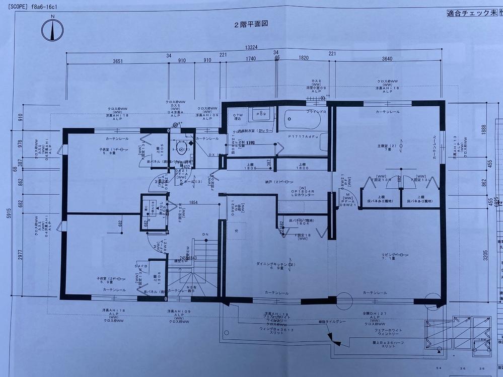二世帯の2階、この間取りはどうですか? ここから変更があり、 ・主寝室向きの収納をリビング向きに ・階段上がってホールには室内物干しが出来るよ(普段はベランダ、雨の日は乾燥機、日陰干ししたいものをここに干す) そして、キッチンは絶対必要ですがどこにどう付けるかが未定です。どうしたらいいと思いますか??