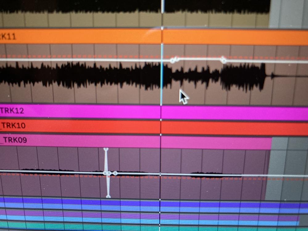 Ableton Live 11 のボリュームオートメーションを作っていると、 たまに赤色のはずの線が灰色になっていてせっかく作ったオートメーションが反映されなって困っています。 どういうときに...