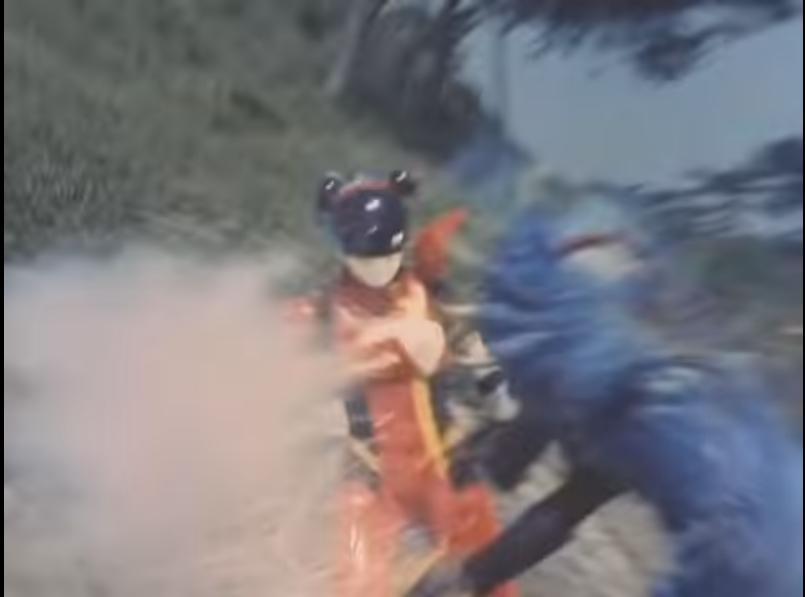 アニメや特撮作品の中で「悪者の攻撃から、仲間が捨て身で主人公を守る」と聞き、思い浮かべるのは何ですか? 下記は『背後から斬りかかるケンプから身を呈して勇介を守るコロン』です。