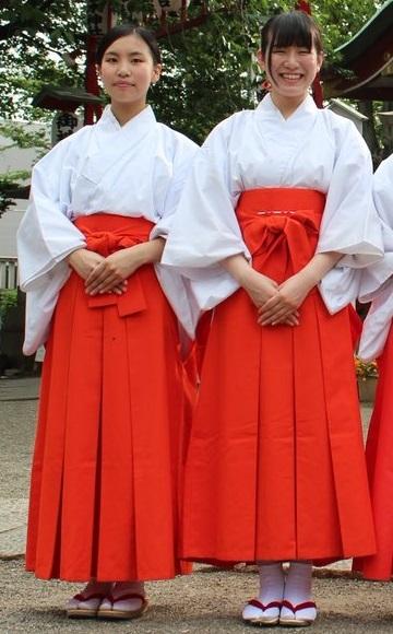 神社で働いてる巫女さんは、スカート(袴)の下に何を穿くの? . 神社で働いている巫女さんの制服といえば、この画像を見てわかる様に、 赤くて長いロングスカートの様なハカマをはいているイメージですが、 巫女さんは普段、制服のハカマの下には、何を穿いているのでしょうか? 普通に下着のパンツですか?