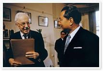 ◎【創価学会の誉れその②;」「21世紀への対話」トインビー博士との対談】いかがでしょうか? https://www.youtube.com/watch?v=waRcFK5qQus 実録 トインビー博士との対談 「生への選択」「21世紀への対話」後編 〇二人の対談は、1972年5月と翌年5月、2年越し、延べ10日間40時間にわたり行われました。 両者の視座は、人間という存在、教育の在り方、戦争と平和、指導者の条件、組織論、世界統合化への道、宇宙観、生命の永遠性、宗教の使命など内容は多岐にわたり、対談の視座は21世紀に向かう人類の課題を解決していく方途の探求に向けられています。 <新・人間革命> 第23巻 敢闘より抜粋 苦悩なき人生はない。それらの苦悩、宿命との格闘劇が、人生といえるかもしれない。 その宿命を転換し、人生を勝ち越えていく、勇気と力の源泉が、仏法であり、信仰なのだ。そして、苦悩に負けない自身をつくり上げる場こそが、学会活動なのである。伸一は、さらに、「生老病死」のなかの、「老」について語っていった。「人間は、誰でも老いていく。人生は、あっという間です。過去がいかに幸せであっても、老いて、晩年が不幸であれば、わびしい人生といわざるを得ない。 その人生を幸福に生き、全うしていくための、堅固な土台をつくるのが、女子部の時代なんです。若い時代に、懸命に信心に励み、将来、何があっても負けない、強い生命を培い、福運を積んでいくことが大事です。 そして、「死」の問題に移っていった。「また、いかなる人間も、死を回避することはできない。文豪ユゴーは、『人間はみんな、いつ刑が執行されるかわからない、猶予づきの死刑囚なのだ』と記している。 トインビー博士も、対談した折に、しみじみと、こう語っていました。 ──人間は、皆、死んでいく。生死という冷厳な事実を突き付けられる。しかし、社交界で遊んだり、それ以外のことを考えたりして、その事実を直視せずに、ごまかそうとしている。だから、私は、日本の仏法指導者であるあなたと、仏法を語り合いたかった。教えてもらいたかった。死という問題の根本的な解決がなければ、正しい人生観、価値観の確立もないし、本当の意味の、人生の幸福もありません」 ゆえに日蓮大聖人は、「先(まず)臨終の事を習うて後に他事を習うべし」(御書一四〇四㌻)と仰せなのである。伸一は力説した。「その死の問題を、根本的に解決したのが、日蓮大聖人の仏法です。広宣流布に生き抜くならば、この世で崩れざる幸福境涯を開くだけでなく、三世永遠に、歓喜の生命の大道を歩み抜いていくことができるんです。