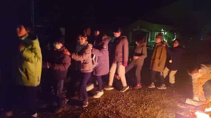 大喜利。キャンプファイヤーって、楽しいですね。みんなで円になって、何かメッセージを言いながら火の回りをみんなで回ろうと思います。 どんなメッセージを言いながら火の回りを回りますか?