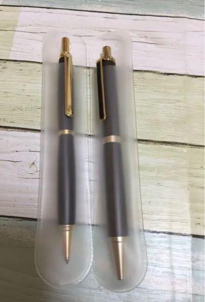 以下の写真のようなペンのカバーはどこに売っていますか?またどのように検索すれば出てきますか? 購入したボールペンやシャーペンを保存するために使用しようと考えています。