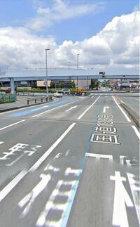 この道路で、ロードバイクで直進したいのですが、直進レーンに入っても大丈夫ですか? わからないのでいつも左折して迂回しています。