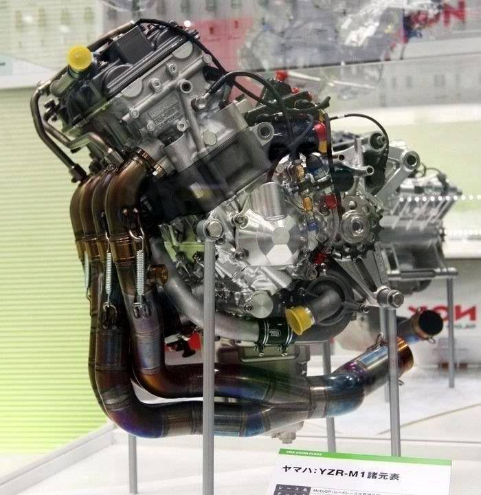 なぜmotogpて市販バイクからかけ離れたエンジンにしないのですか。 ・・・・・・・・・・・・・・・・・・・ 例えばF1だとV型6気筒1600㏄ターボ・ハイブリッドと市販車ではありえないエンジンですが。 ですがmotogpだと並列4気筒1000㏄。もしくはV型4気筒1000㏄と市販バイクと同じエンジンですが。 なぜmotogpは市販バイクと同じような普通のエンジンなのですか。 と質問したら。 中身は別物。 という回答がありそうですが。 ですがmotogpのエンジンて280馬力くらいだそうですが。 市販のバイクでも220馬力なのでそんなに差がないと思うのですが。 F1だと1000馬力。市販車だと600馬力。F1と市販車ではもの凄く差があると思うのですが。 それはそれとして。 昔は2ストV型4気筒500㏄と市販バイクではありえないエンジンでしたが。 なぜ今のmotogpて市販バイクと同じなのですが。 motogpてバイクレースの最高峰なのになぜエンジンは普通のエンジンなのですか。