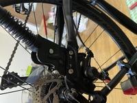 クロスバイクのスタンドですが、固くて外れません。二つあるネジの左側が六角レンチで回りません。 スタンドは自転車屋で買って、自転車屋で取り付けてもらいました。輪行をする際に袋からスタンドからはみ出るので、自分で外せるようにしたいのですが、どのように外したら良いでしょうか?