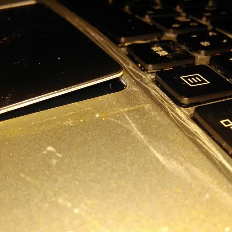 ノートPCの対応バッテリーはどう調べたらいいのでしょうか? このパソコンなのですが https://www.amazon.co.jp/GLM-%E3%83%8E%E3%83%BC%E3%83%88%E3%83%91%E3%82%BD%E3%82%B3%E3%83%B3-%E6%97%A5%E6%9C%AC%E8%AA%9E%E3%82%AD%E3%83%BC%E3%83%9C%E3%83%BC%E3%83%88-Microsoft-Windows/dp/B07VVBSYZP/ref=cm_cr_arp_d_product_top?ie=UTF8 スペックのところにバッテリー:5000mAh 38WH と書いてあるのですが企画は皆同じなのでしょうか? 写真の様にバッテリーが膨張?したのかキーボードが隆起しています。 バッテリーを交換したいです。 ただ、前に使っていたノートPCはバッテリーが後ろ側についていてすぐにわかったんですが 薄型のせいか外から見えるところにバッテリーがないです。 どのバッテリーを選べばいいか分かりません 何を基準に探せばいいんでしょうか? もしくは対応するバッテリーを教えてください。